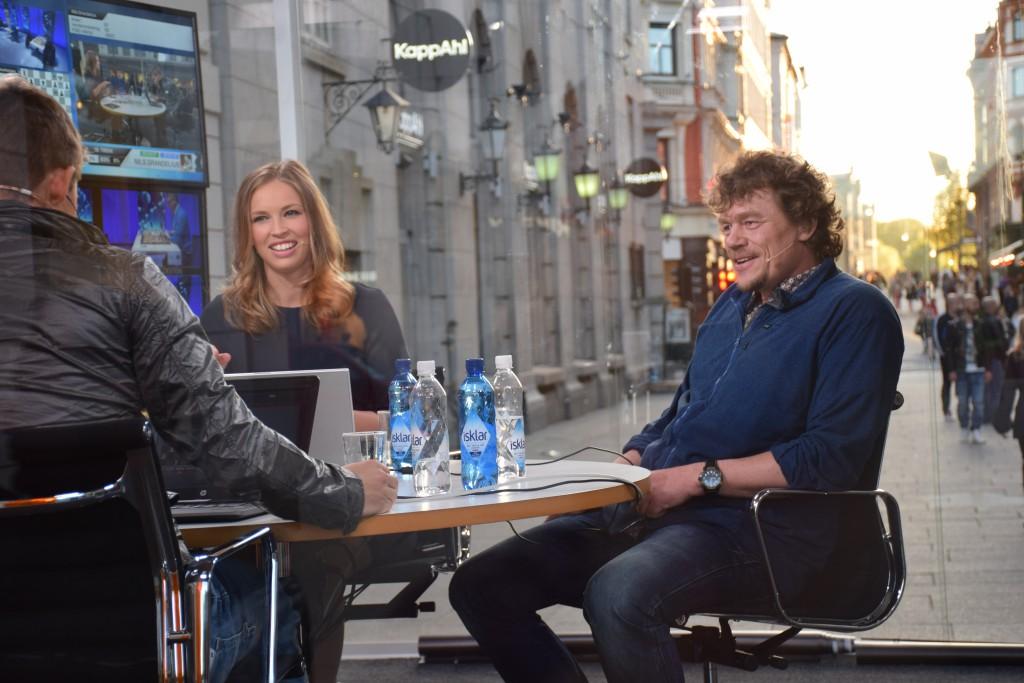 Programleder Kaja Marie Snare i TV 2s sjakkstudio sammen med Lars Monsen. Foto: Tarjei J. Svensen