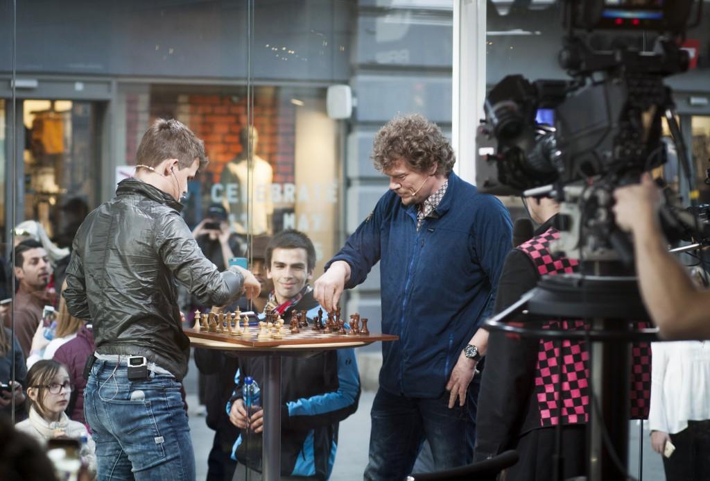Fra TV 2s sjakksending på Karl Johan. Foto: Linnea Syversen