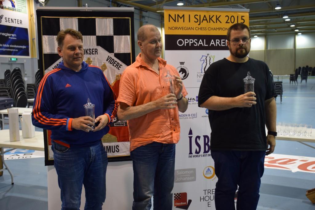 Stein Bjørnsen med 1. plassen i klasse 2 i NM i fjor. Her sammen med Svein Erik Lurdalen (t.v) og Arild Tørum (t.h). Foto: Tarjei J. Svensen
