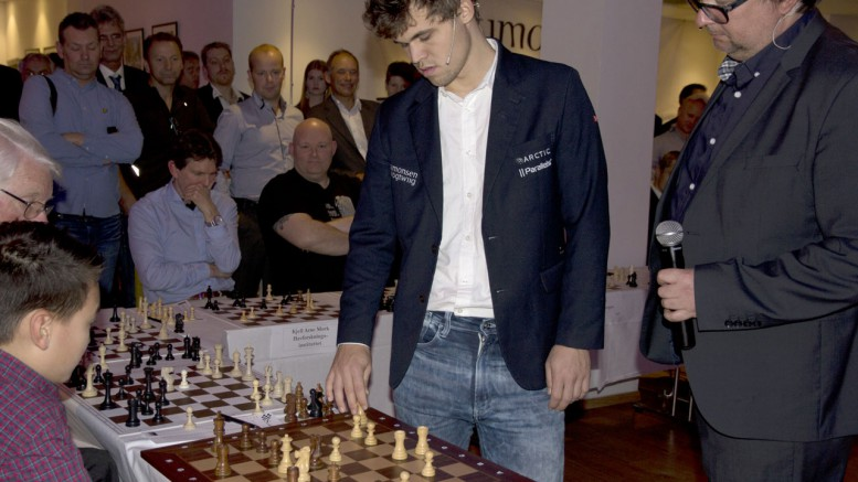 Magnus Carlsen i simutlan i Bergen. Foto: Simonsen Vogt Wiig