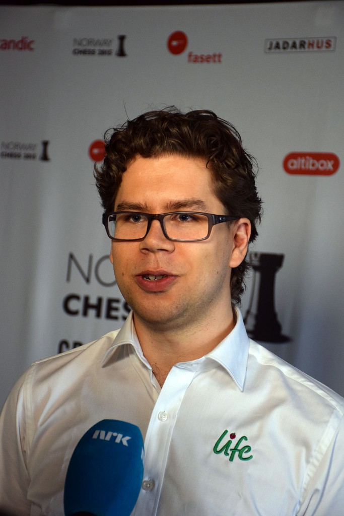 Jon Ludvig Hammer intervjuet av NRK under Norway Chess. Foto: Tarjei J. SvensenJon Ludvig Hammer intervjuet av NRK under Norway Chess. Foto: Tarjei J. Svensen