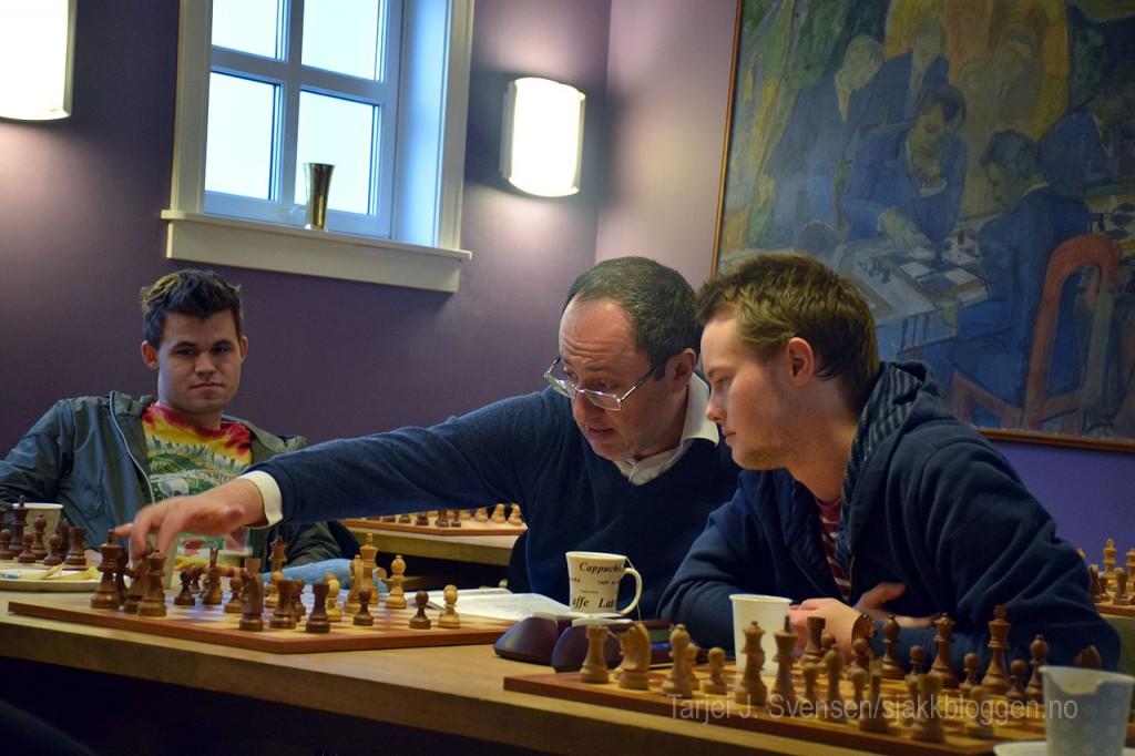 Urkedal sammen med Boris Gelfand og Magnus Carlsen. Foto: Tarjei J. Svensen