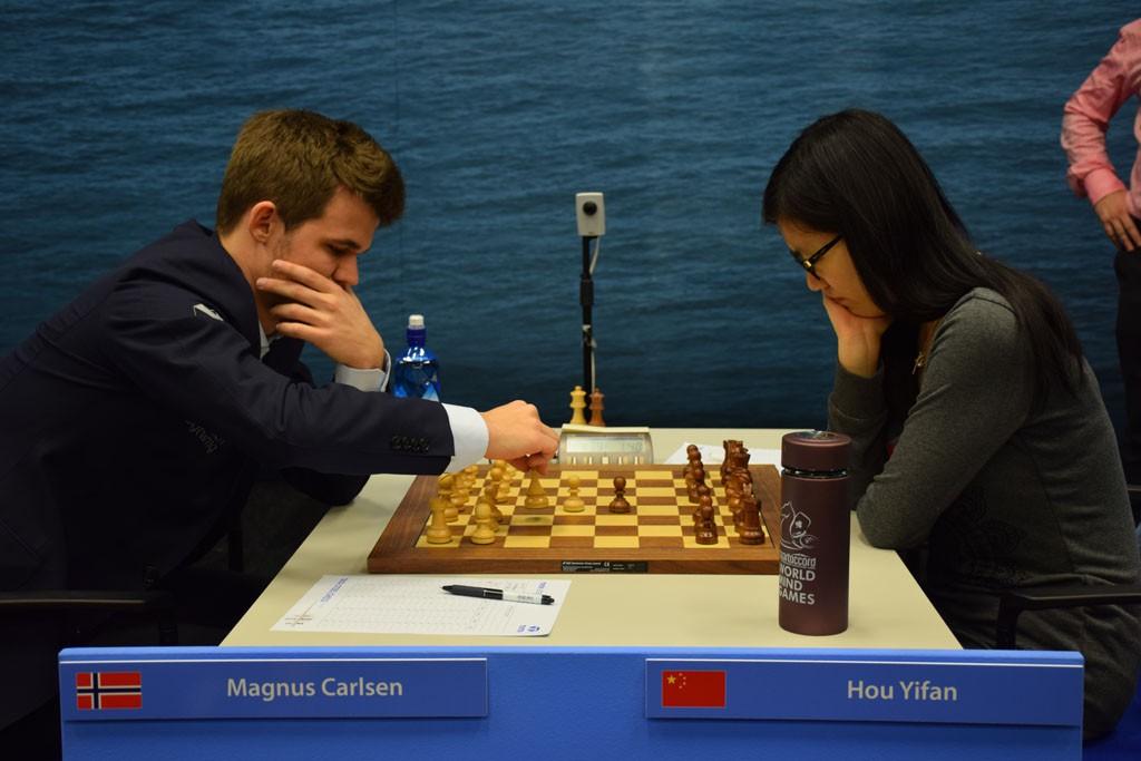 Carlsenmot Yifan Hou i Tata Steel Chess i år. Foto: Yerazik Khachatourian
