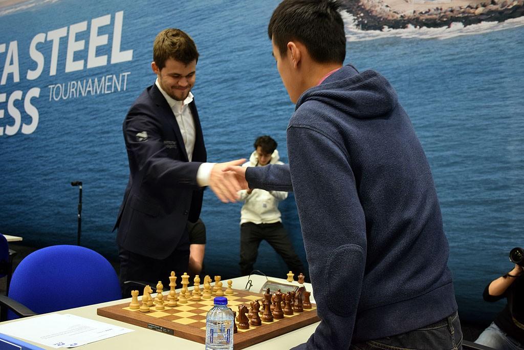 En litt forsinket Carlsen hilste på Ding Liren. Foto: Yerazik Khachatourian