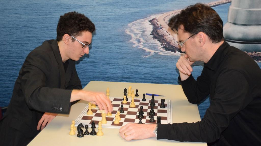 Caruana analyserer med van Wely. Foto: Yerazik Khachatourian