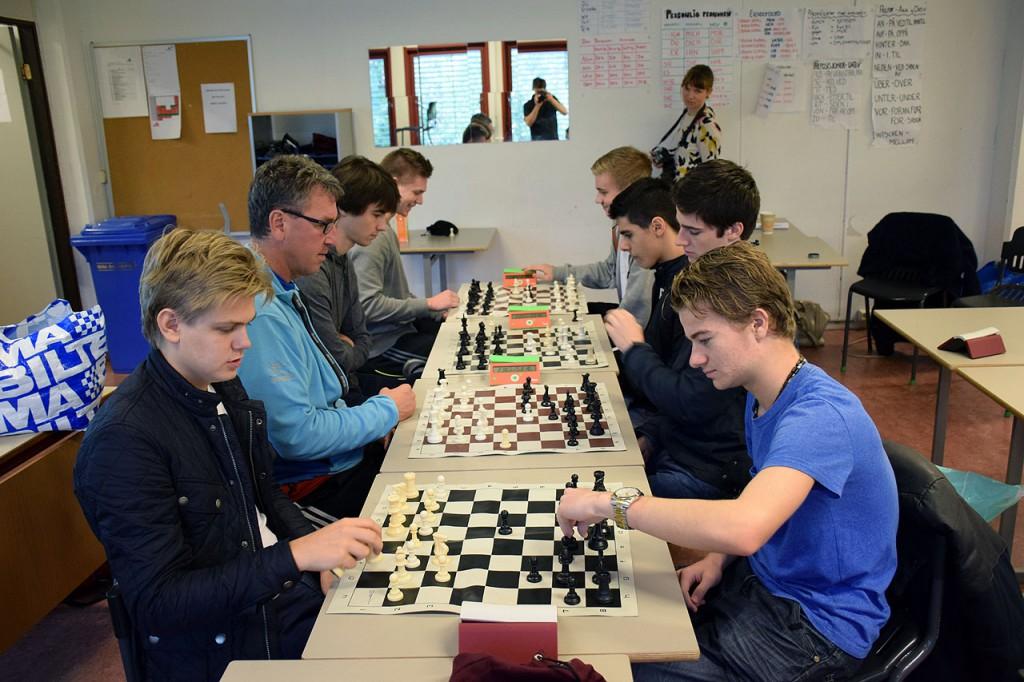 Simen og elevene i lynsjakktrening i sjakktimen. Foto: Tarjei J. Svensen