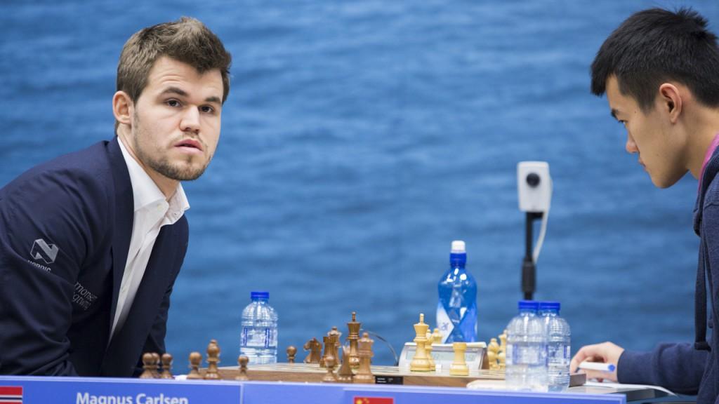 Carlsen i partiet i 13. runde mot Ding Liren i fjor. Foto: Maria Emelianova