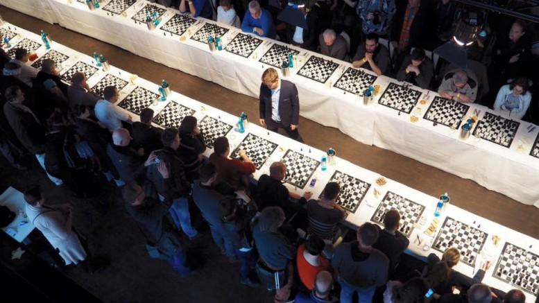 Carlsen i aksjon i Hamburg. Foto: Anna Rudolf
