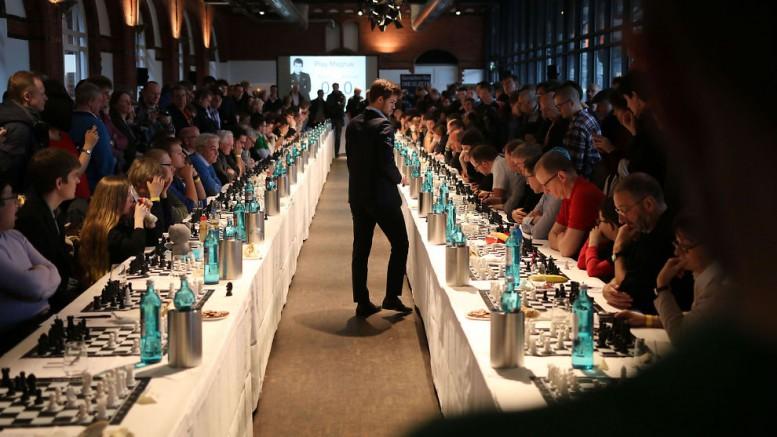Magnus Carlsen under simultanen mot 70 motstandere i Hamburg i fjor. Foto: Anna Rudolf