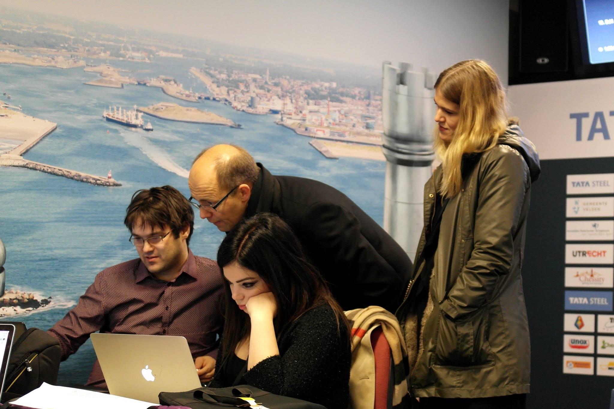 Matt & Patt med en nysgjerrig Henrik Carlsen i Wijk aan Zee i januar. Foto: Fiona Steil-Antoni.