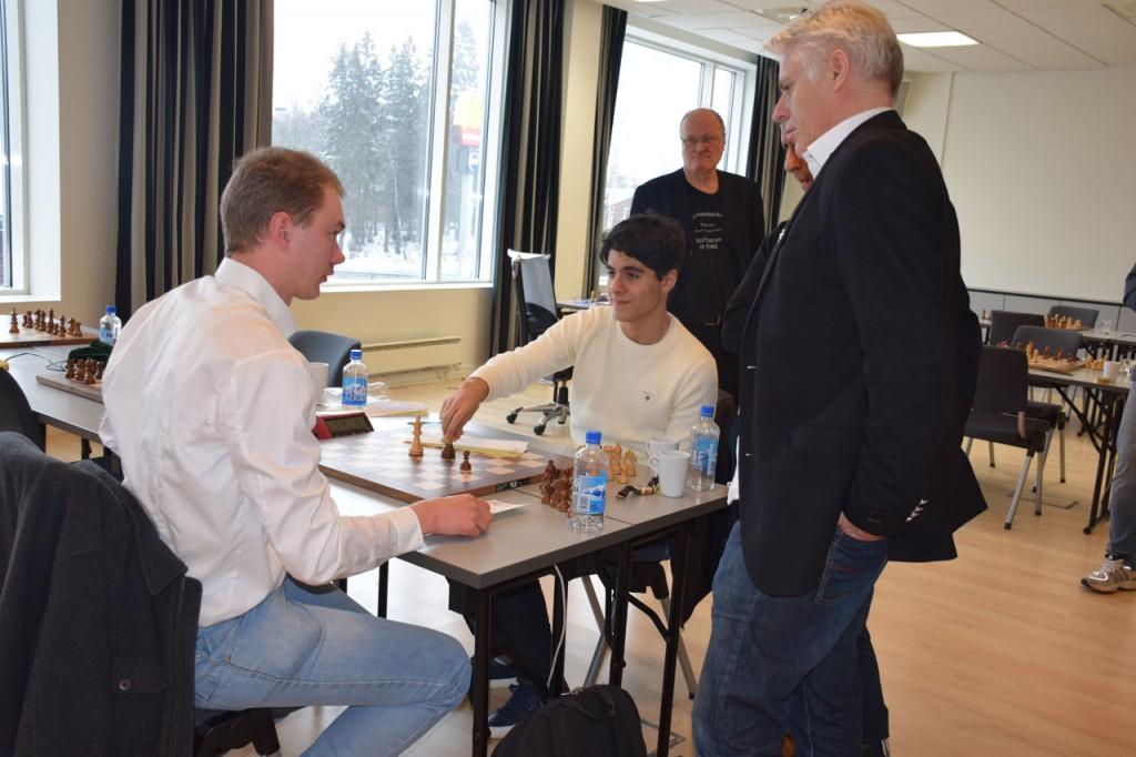 Aryan og Emanuel analyserer etter partiet. Foto: Tarjei J. Svensen