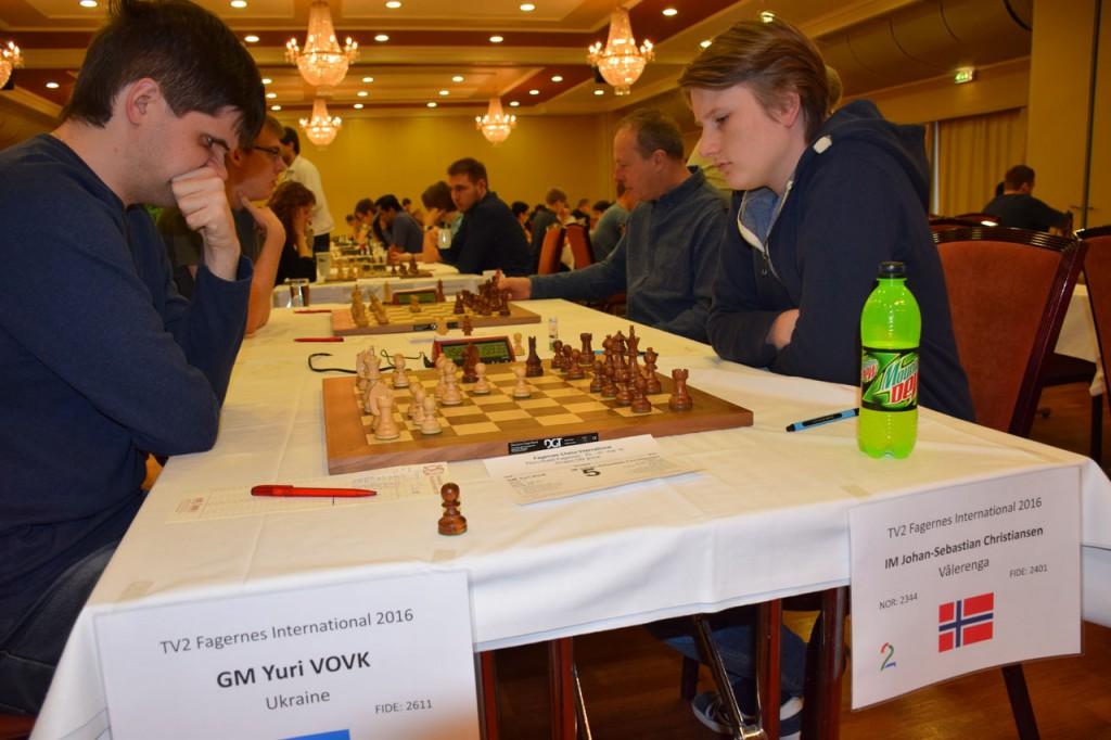 Johan-Sebastian Christiansen slo først ukraine Yuri Vovk i 8. runde, før han tok seg av Evgeny Romanov i 9. runde. Foto: Tarjei J. Svensen