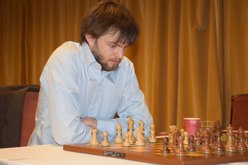 Grandelius i 5. runde mot Yifan Hou. Foto: Tarjei J. Svensen