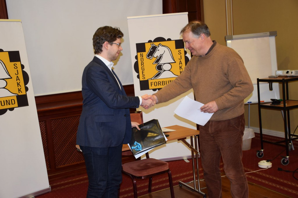 Hammer får premien fra generalsekretær i Norges Sjakkforbund Geir Nesheim. Foto: Tarjei J. Svensen