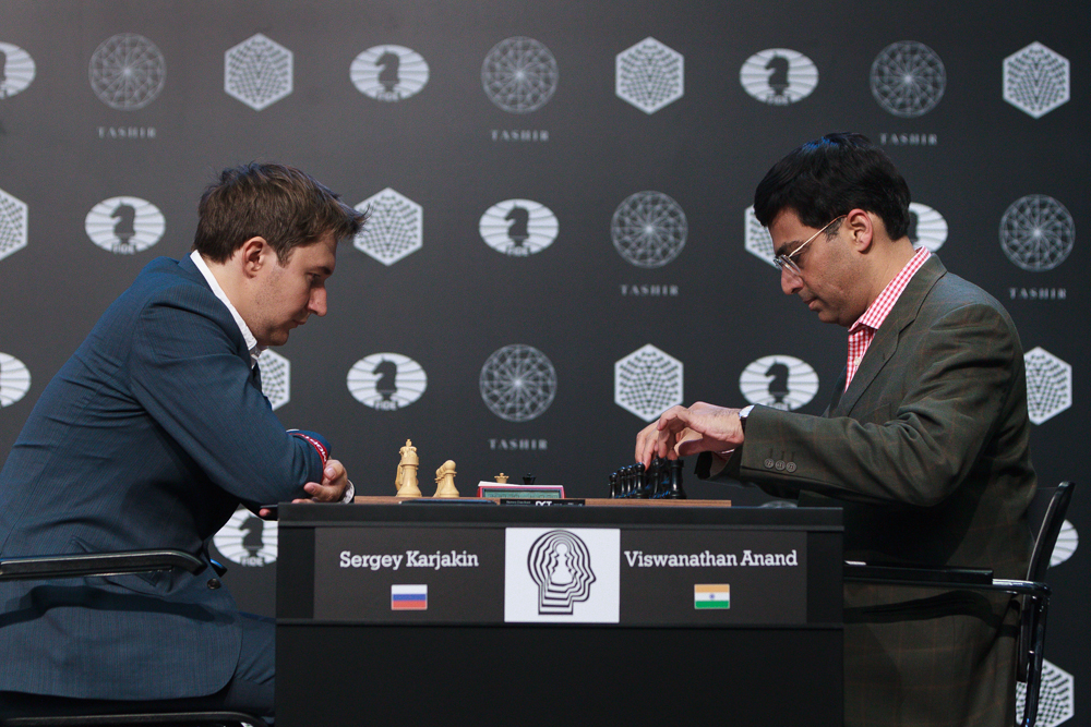 Karjakin med sin første seier over Anand. Foto: WORLD CHESS Press Office; Evgeny Pogonin