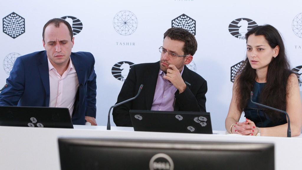 Levon Aronian måtte ta gjennomgangen sammen med kommentatorene Evgenij Miroshnichenko og Alexandra Kosteniuk. Foto: WORLD CHESS Press Office; Evgeny Pogonin