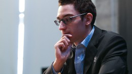 Fabiano Caruana inne i tetstriden igjen. Foto: WORLD CHESS Press Office; Evgeny Pogonin