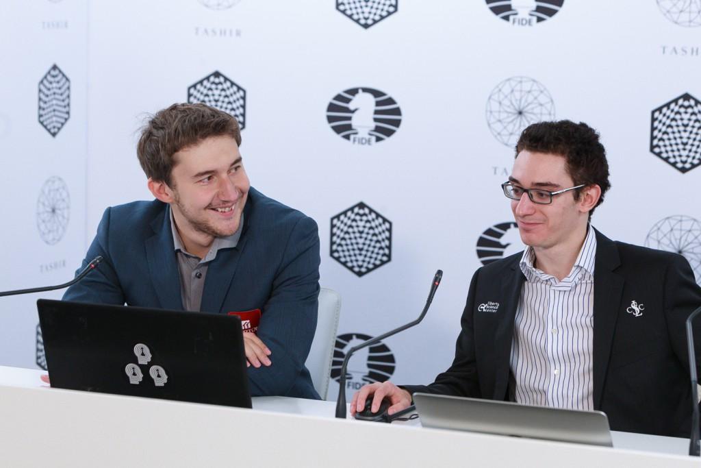 En glad Sergey Karjakn i etteranalysen med Fabiano Caruana. Foto: WORLD CHESS Press Office; Evgeny Pogonin