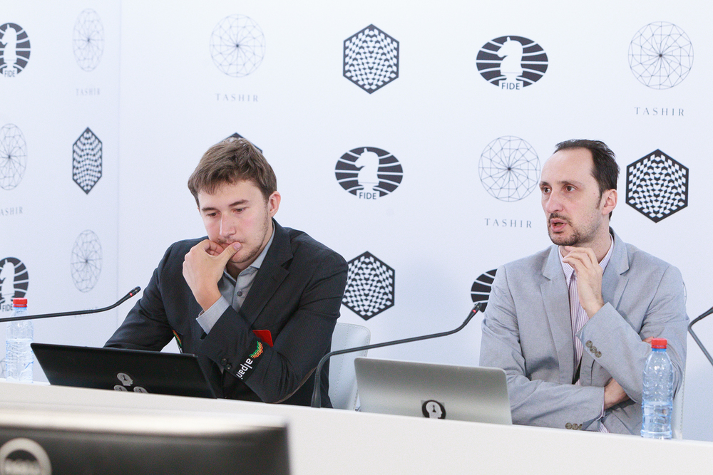 Karjakin på partigjennomgangen sammen med Topalov. Foto: WORLD CHESS Press Office; Evgeny Pogonin