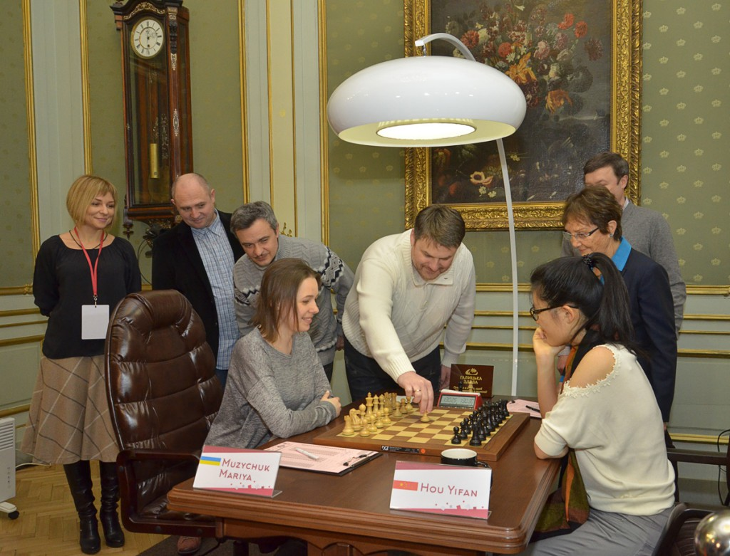 Mariya Muzychuk og Yifan Hou før det siste partiet. Foto: FIDE