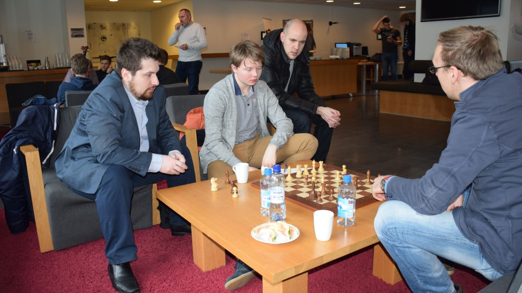Borki Predojevic og Markus Ragger analyserer Kristian Stuvik Holms parti mot Einar Gausel. Foto: Tarjei J. Svensen