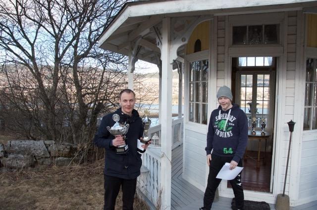 f.v. Nikolas Axel Mellem mottar vandrerpokalen i kretsen fra turneringsleder Christian Ruud.