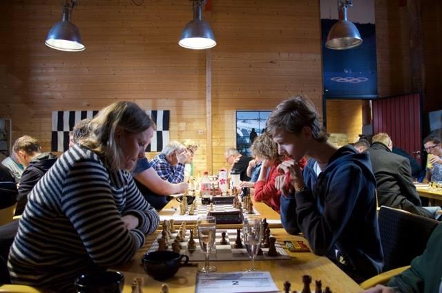 f.v. Vilde Bjerke og Emil Steinstad Myrhaug fra Lillehammer Schakselskap kniver om førsteplassen i gruppe C.