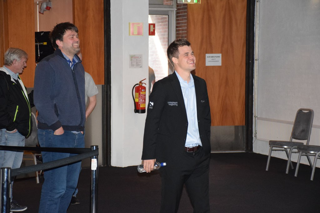 Carlsen sammen med sekundant og trener Peter Heine Nielsen i Stavanger. Foto: Tarjei J. Svensen