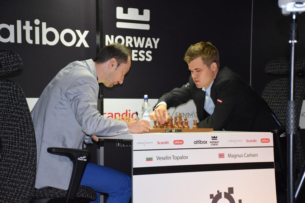 Carlsen - Topalov. Foto: Tarjei J. Svensen