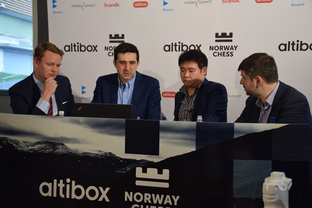 Li Chao og Vladimir Kramnik sammen med Jan Gustafsson og Peter Svidler på den internasjonale sendingen. Foto: Tarjei J. Svensen