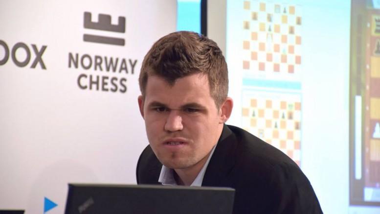 Carlsen i analysen etterpå. Foto: Yerazik Khachatourian