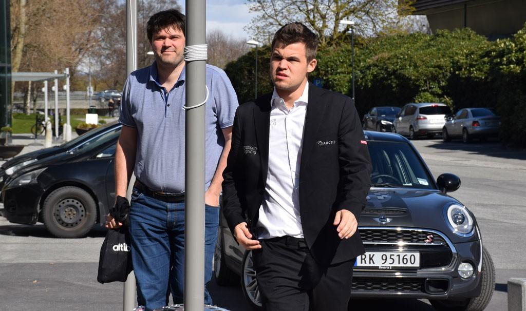 Magnus før partiet mot Giri, her sammen med sin trener Peter Heine Nielsen. Foto: Yerazik Khachatourian