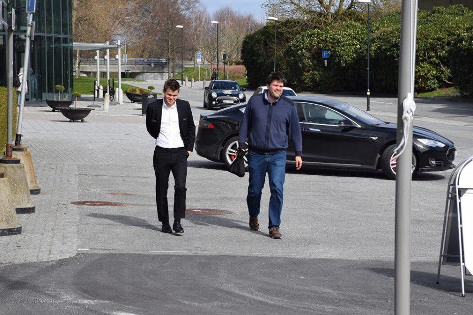 Magnus får god hjelp av sin faste sekundant Peter Heine Nielsen. Foto: Tarjei J. Svensen