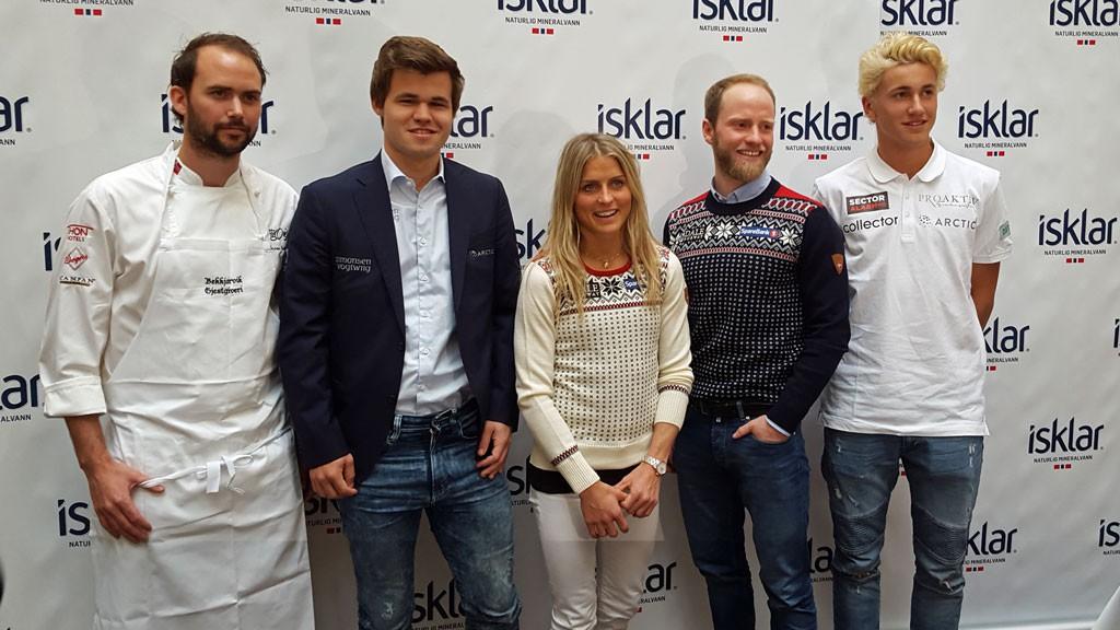 Magnus Carlsen poserer sammen med Ørjan Johannessen, Therese Johaug, Martin Johnsrud Sundby og Casper Ruud. Foto: Tarjei J. Svensen