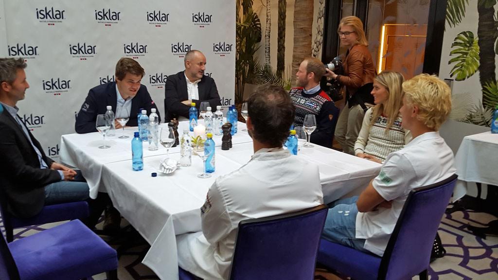 Magnus Carlsen i pressemøte sammen med blant andre Martin Johnsrud Sundby og Therese Johaug søndag. Foto: Tarjei J. Svensen