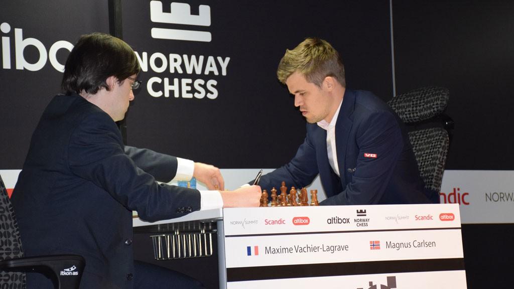 Magnus Carlsen og Maxime Vachier-Lagrave i et dramatisk parti mandag. Foto: Yerazik Khachatourian