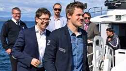 Jon Ludvig sammen med Magnus Carlsen før Norway Chess i fjor. Foto: Tarjei J. Svensen
