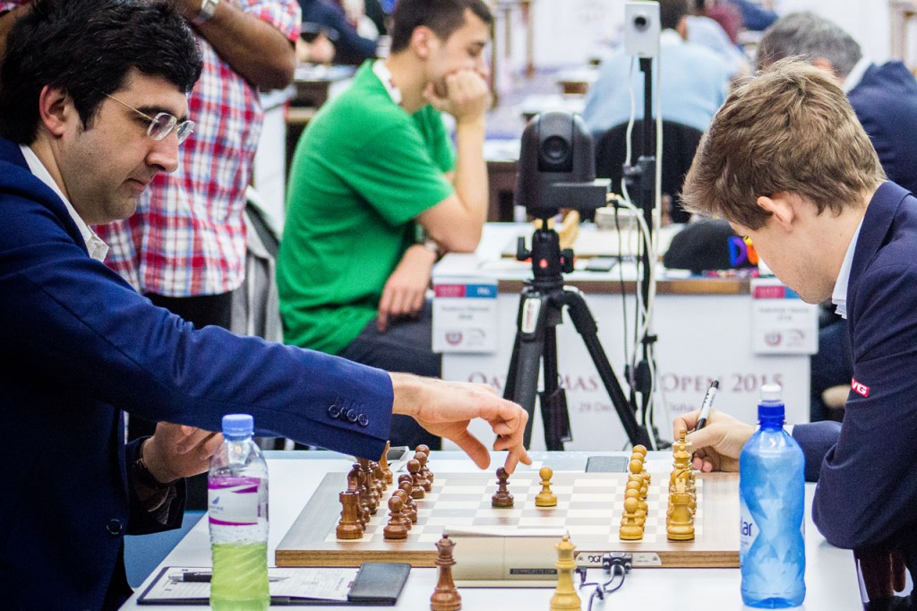 Carlsen i møtet med Kramnik i Qatar. Foto: Kateryna Savina