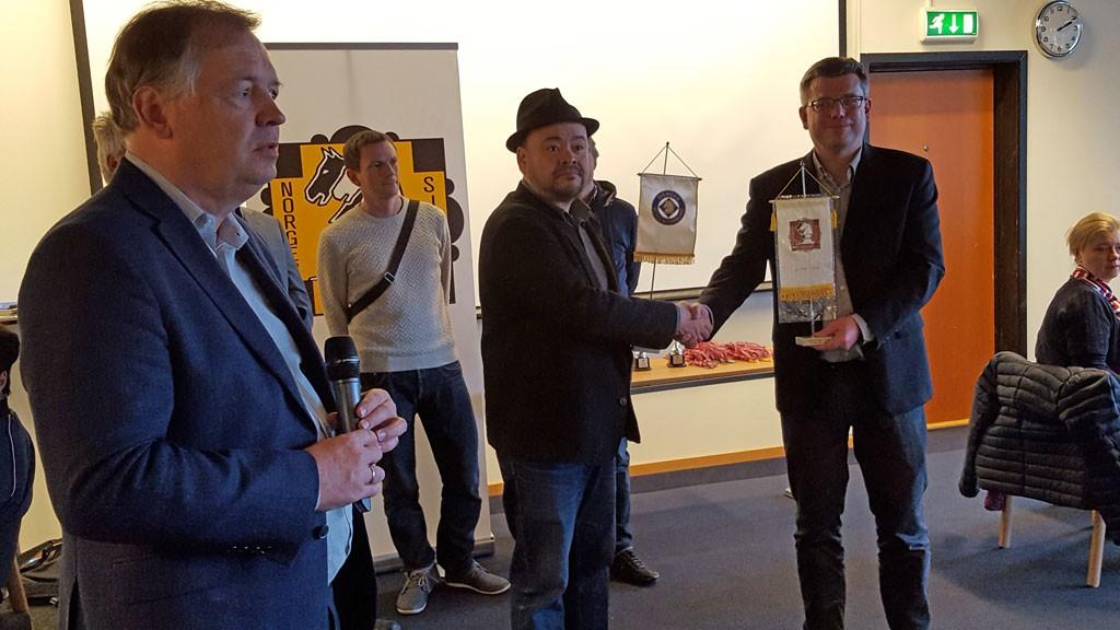 Kapteinene på det norske og svenske laget Jonathan Tisdall og Stellan Brynell før landskampen. Generealsekretær i NSF Geir Nesheim åpnet dagen. Foto: Tarjei J. Svensen