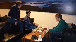 Aryan Tari and Erik Blomqvist analyzing with Frode Urkedal kibitzing. Photo: Tarjei J. Svensen