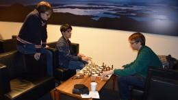 Aryan Tari and Erik Blomqvist analyzing with Frode Urkedal kibitzing. Photo: Tarjei J. Svensen