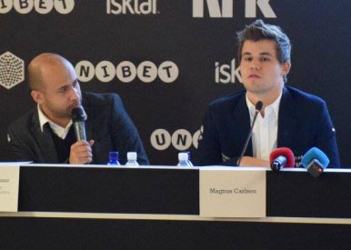 Agon-sjef Ilya Merenzon and Magnus Carlsen i Berlin i fjor.