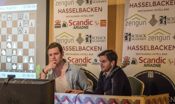 IM Jonathan Westerberg kommenterer sammen med Nils Grandelius, nylig hjemkommet fra Norway Chess. Foto: Lars OA Hedlund