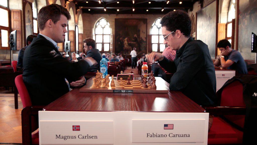Magnus Carlsen med pinlig bukk mot Fabiano Caruana. Foto: Spectrum Studios/Grand Chess Tour