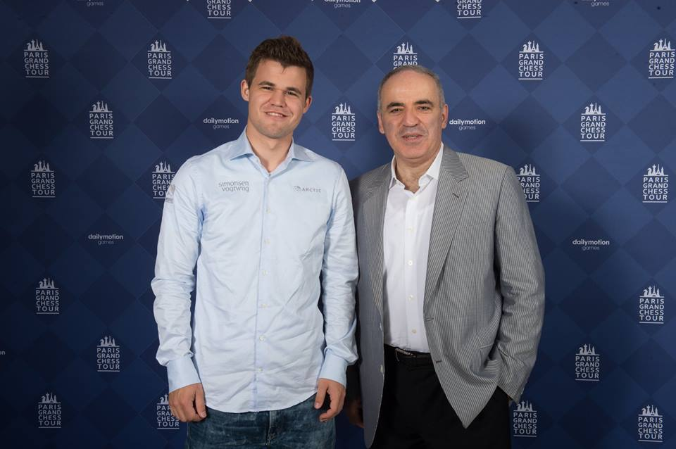 Garry Kasparov med sin tidligere elev. Foto: Spectrum Studios/Grand Chess Tour