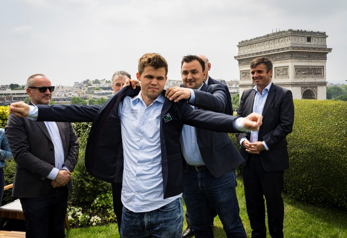 Carlsen får på seg Paris-jakka. Foto: Lennart Ootes