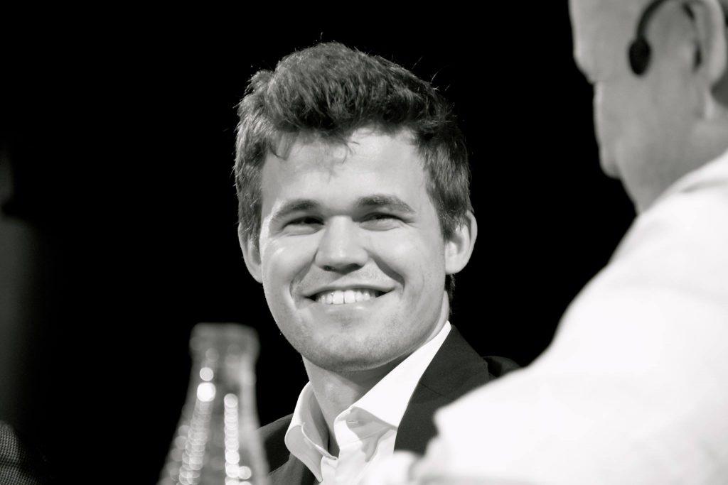 Magnus Carlsen snakker varmt om Johan Salomon. Foto: Tarjei J. Svensen