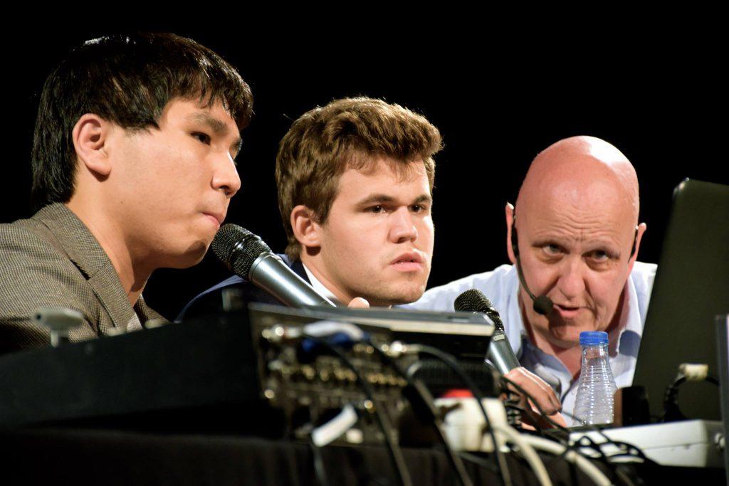 Carlsen og So i analyser med sjakkjournalist Leonxto Garcia. Foto: Yerazik Khachatourian