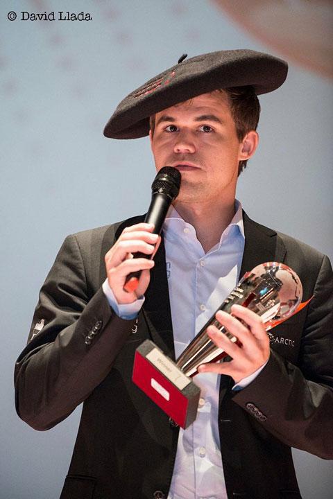 Magnus Carlsen med trofeet. Foto: David Llada