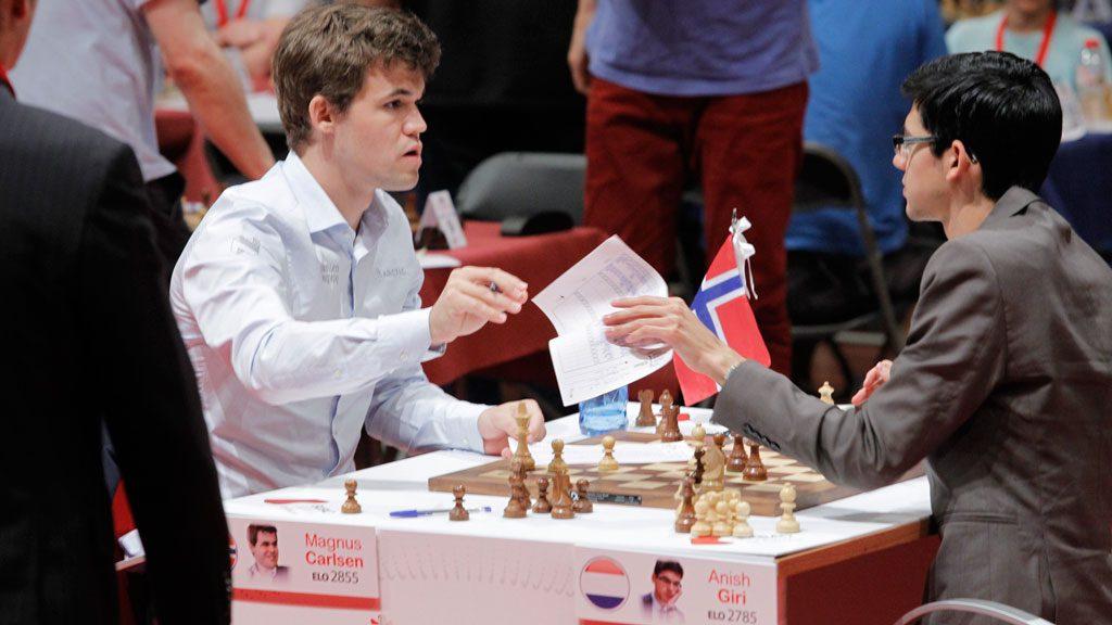 Carlsen etter sin første seier over Giri i Bilbao. Foto: Bilbao Chess